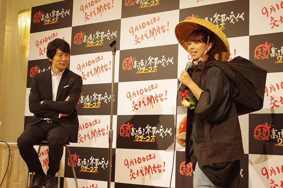 「越中富山の薬売り」の衣裳で、佐々木に地元をPRする富山テレビ・谷藤博美アナ