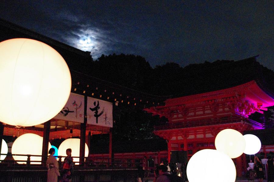 月明かりも呼応して淡く光を放つ、下鴨神社のライトアップ(2016年)