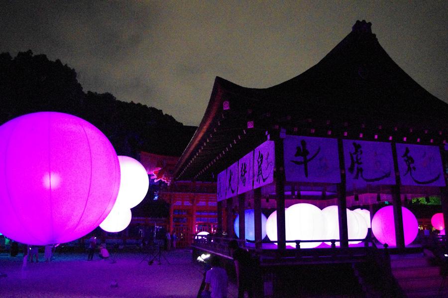 舞殿には、『バカボンド』の文字も書いた書家・吉川壽一氏による作品が。正面には黒い八咫烏の絵も