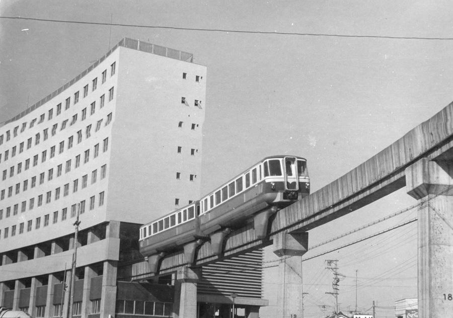 開通当時の姫路市営モノレールと複合ビル「高尾アパート」内にある「大将軍駅」