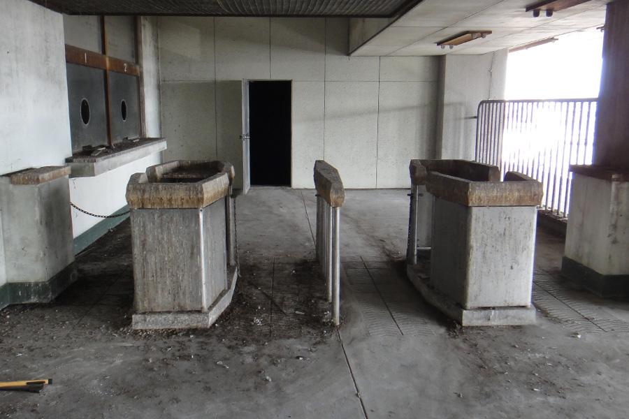 今なお残る当時の改札口。まだ自動改札ではなく、駅員が切符に切込みを入れていた