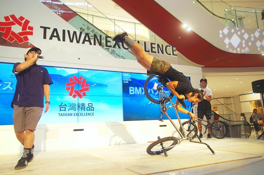 BMXパフォーマンスで会場を盛り上げる泉拓司(中央)、松尾惠太朗(左)