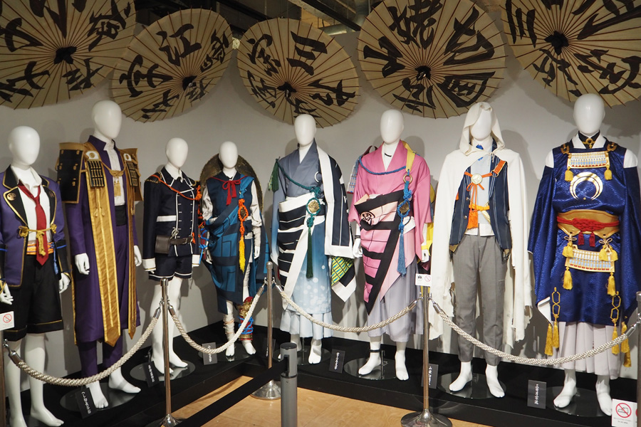 カーテンコールで使用されていた番傘や内番衣裳も展示 ©舞台『刀剣乱舞』製作委員会