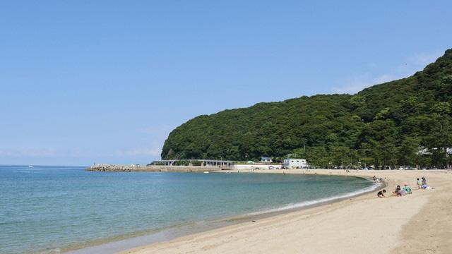 海の上にスクリーンが設置される「大浜海水浴場」