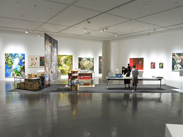 2階展示室の会場風景。展示室中央でアーカイブ作業が行われている