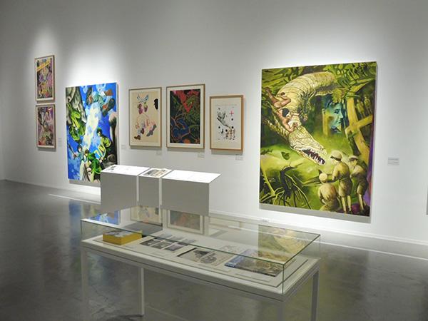 2階展示室の会場風景。作品の前に日記のコピーや資料類が並べられている