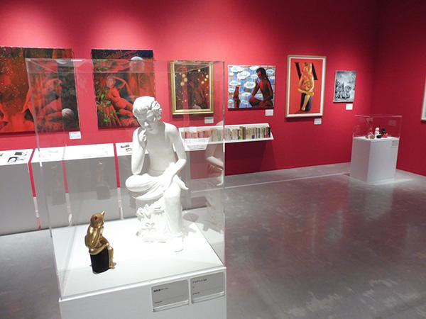 3階展示室より、猫とモーツァルトと涅槃像のコーナー