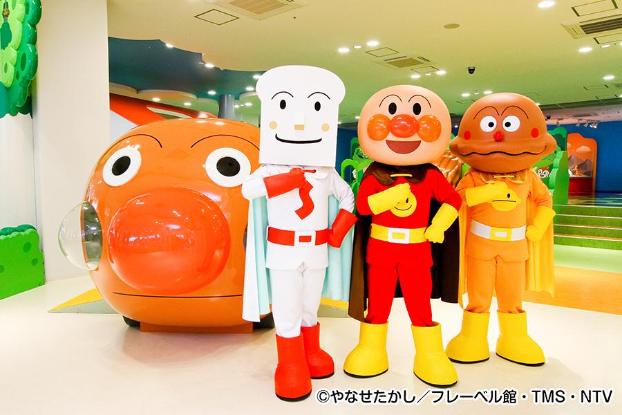 神戸アンパンマンこどもミュージアム内、左からしょくぱんまん、アンパンマン、カレーパンマン
