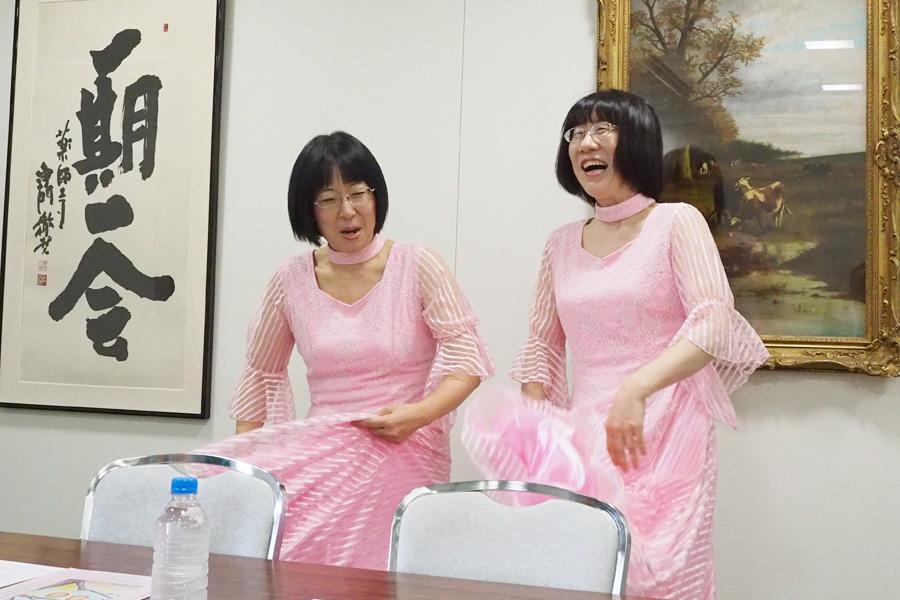 会見中、ネタを披露する渡辺江里子(姉担当、右)と木村美穂(妹担当)