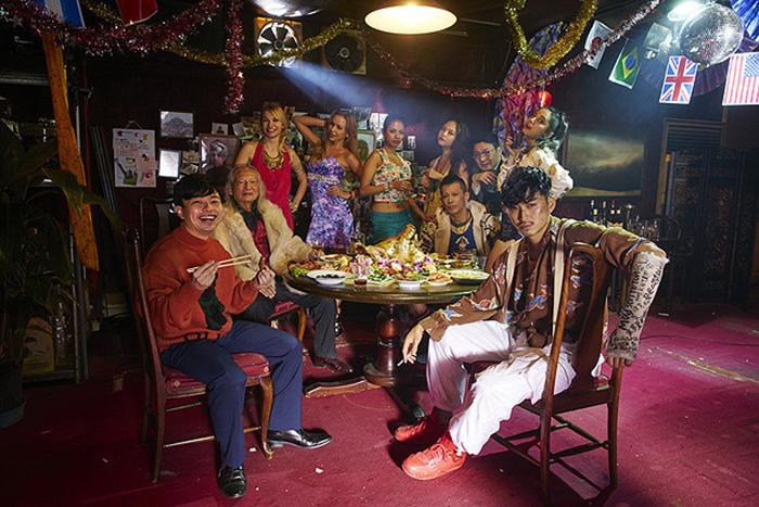 主演の松田翔太(前列右)と浜野謙太(同左) © リチャード・ウー、すぎむらしんいち・講談社/映画「ディアスポリス」製作委員会