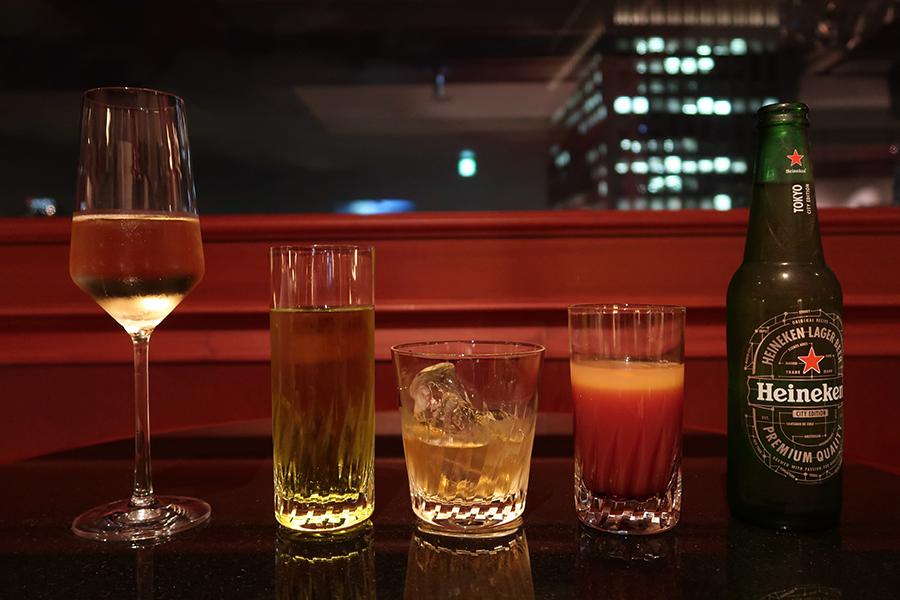 左からスパークリングワイン、リキュール・ミドリをジンジャーエールと、竹鶴ピュアモルト、カシスオレンジ、ハイネケン。カクテルは自分で合わせて