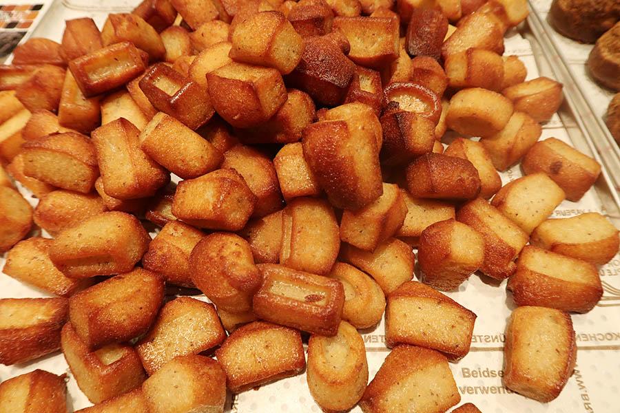 「セリ  スイーツ」ではひと口サイズのフィナンシェも人気。外がカリッ、中がふわっとした食感に。200g500円