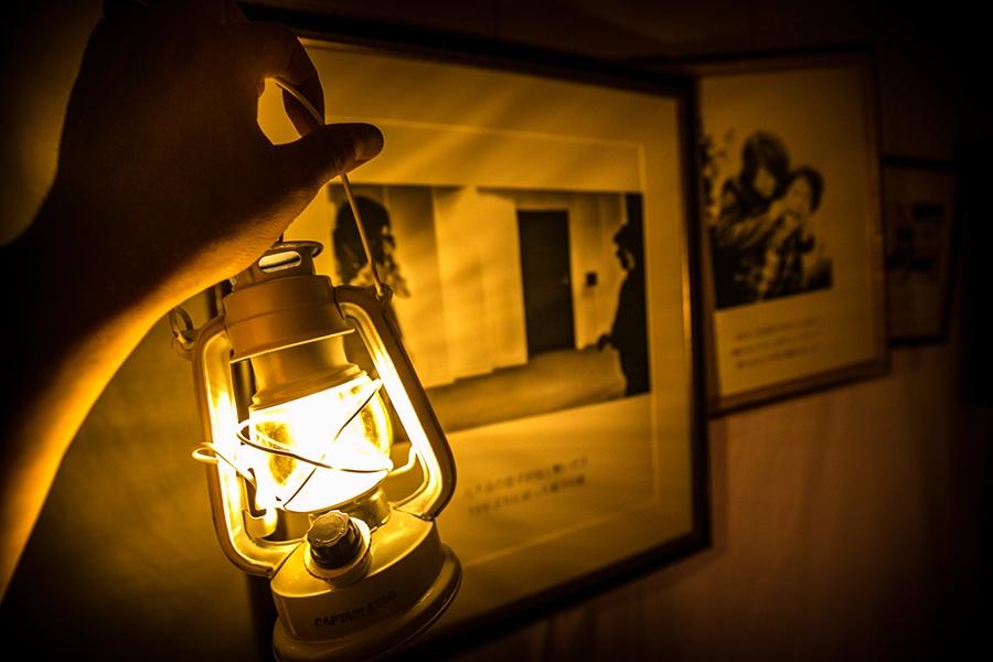会場は真っ暗、懐中電灯をもって作品を鑑賞する