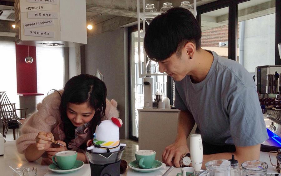 韓国・ソウルのイケメンカフェでラテアートに挑戦する清水富美加