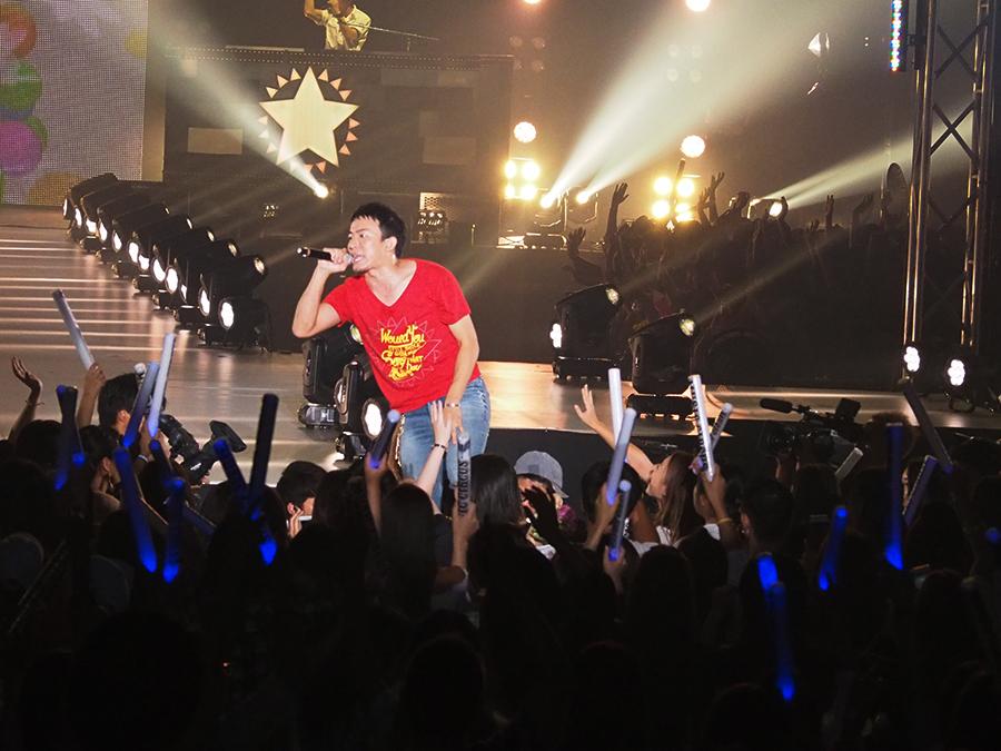 観客の手が届く位置で歌い、会場がヒートアップ