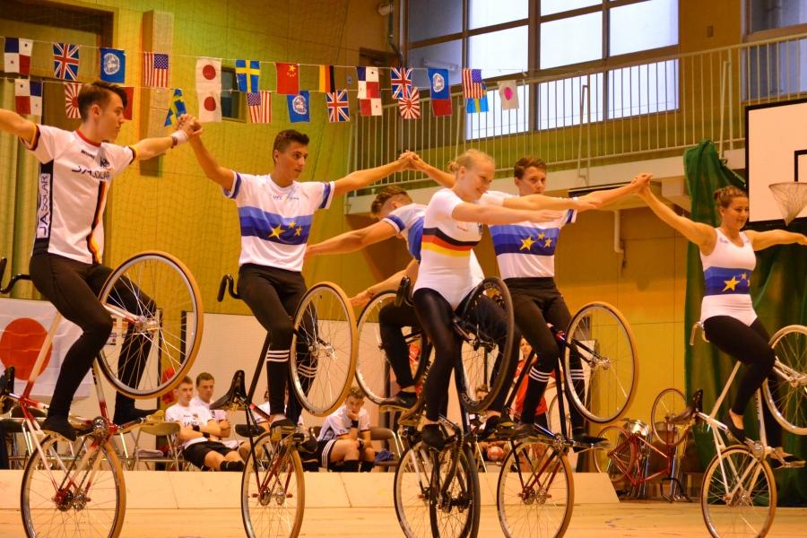ドイツのサイクルフィギュアチームによるエキシビション演技。自転車の上で逆立ちしたり、肩車したりなど、実にアクロバティック
