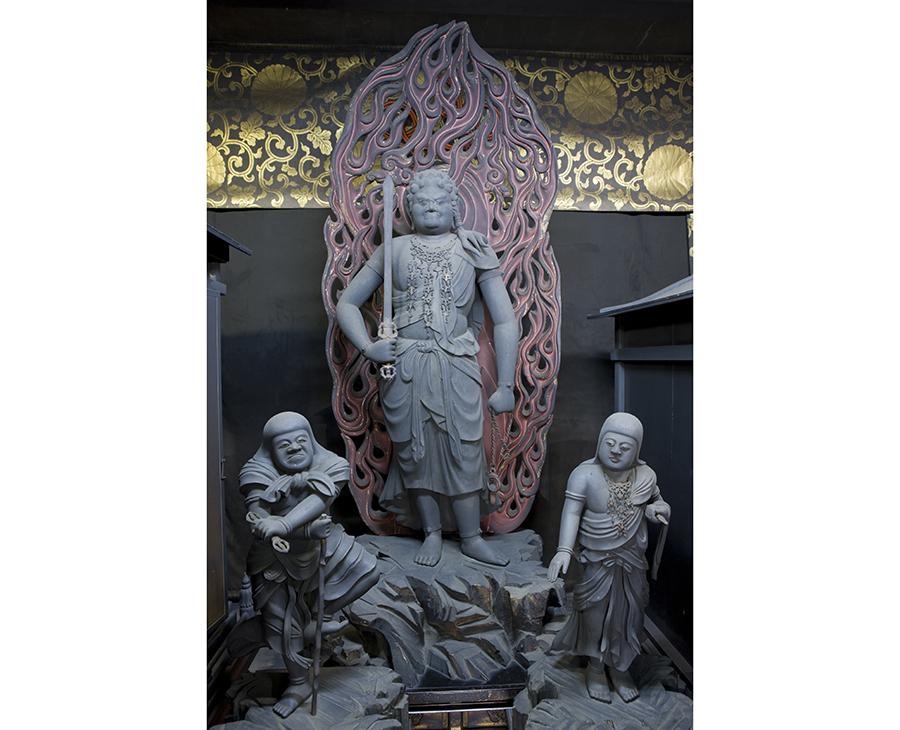 「本尊不動明王」(平安時代・重文)。智証大師圓珍作とされ、創建された当時のまま、4度に渡る火災でも失われることなく今日に至る