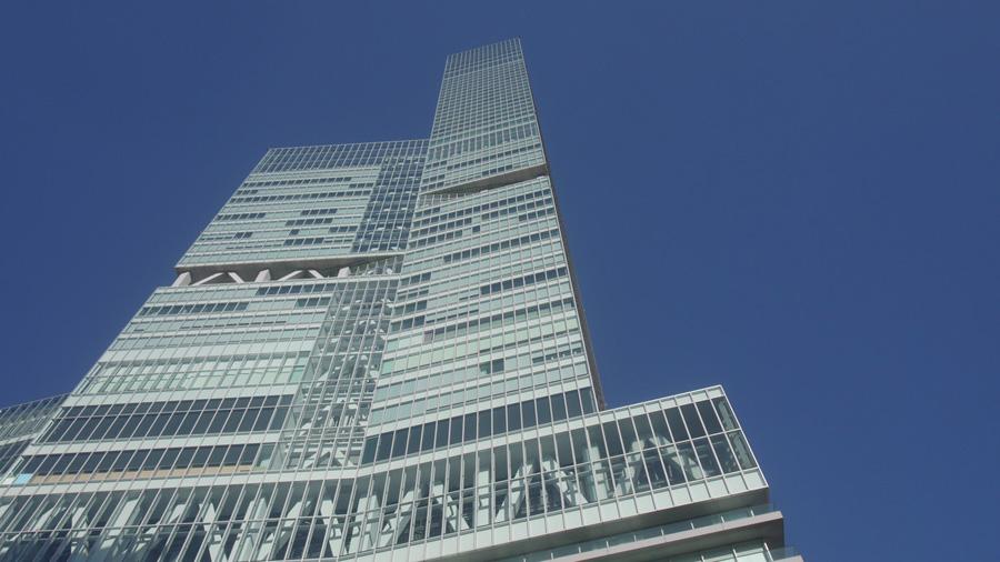 「あべのハルカス」を見上げる。駆け上がるのは中央部の階段。300メートルは伊達じゃない