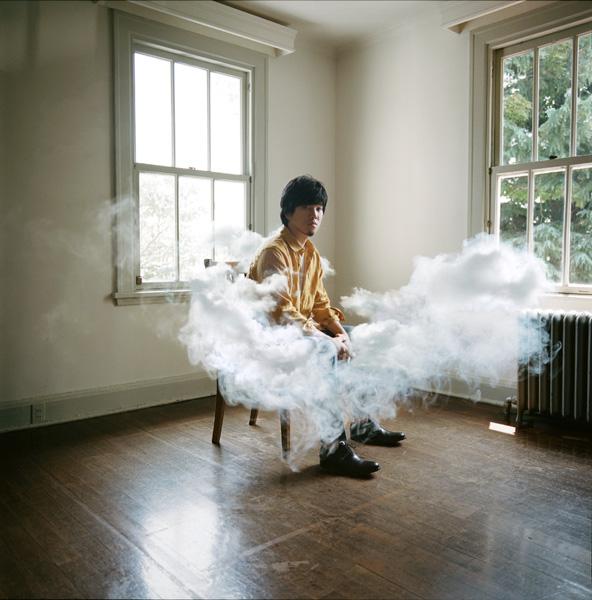 10周年を迎える秦 基博。10月19日には、渾身のミディアムバラード『70億のピース』と、松山ケンイチ主演の映画『聖の青春』のために書き下ろした『終わりのない空』の両A面シングルを発売