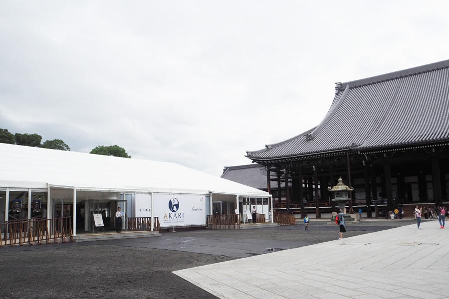 「本願寺」の白洲境内にオープンする『本願寺 おてらかふぇ&まるしぇAKARI』