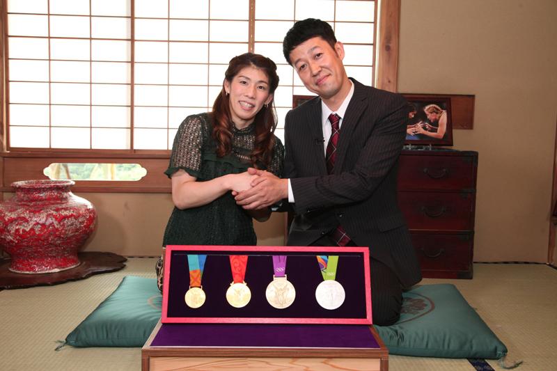 ガッツリ握手をかわす吉田沙保里選手(左)と小籔千豊