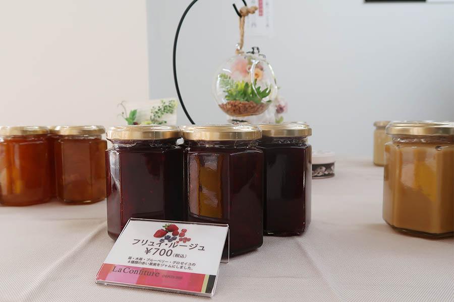 いちご&ミルク800円、バニラ&ミルク900円、りんご&レーズンのシナモン風味800円などのオリジナルジャムも販売