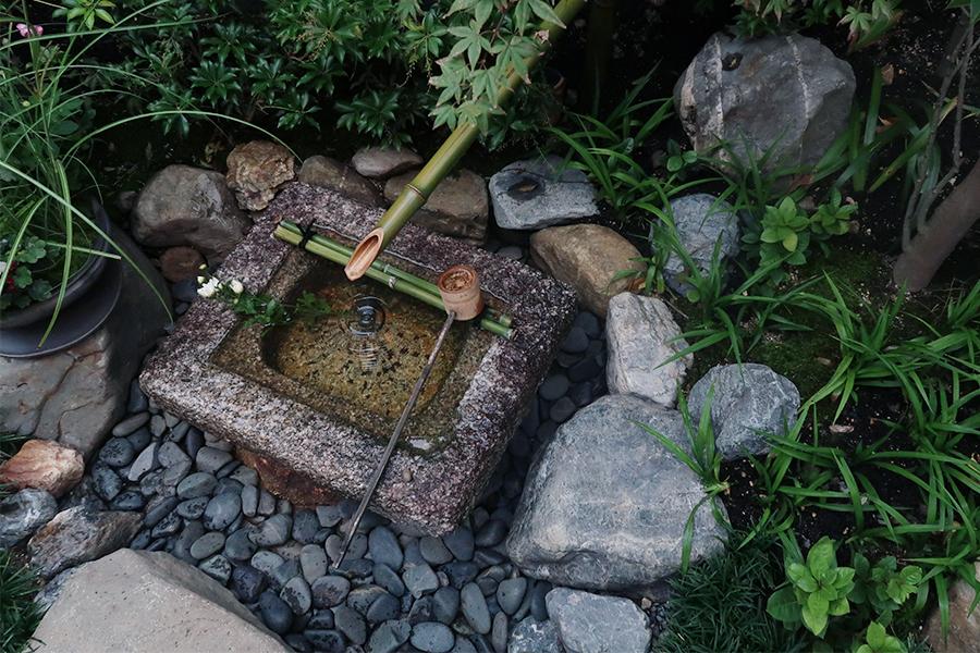 テラス席では、日本庭園を眺めながらお茶を楽しめる