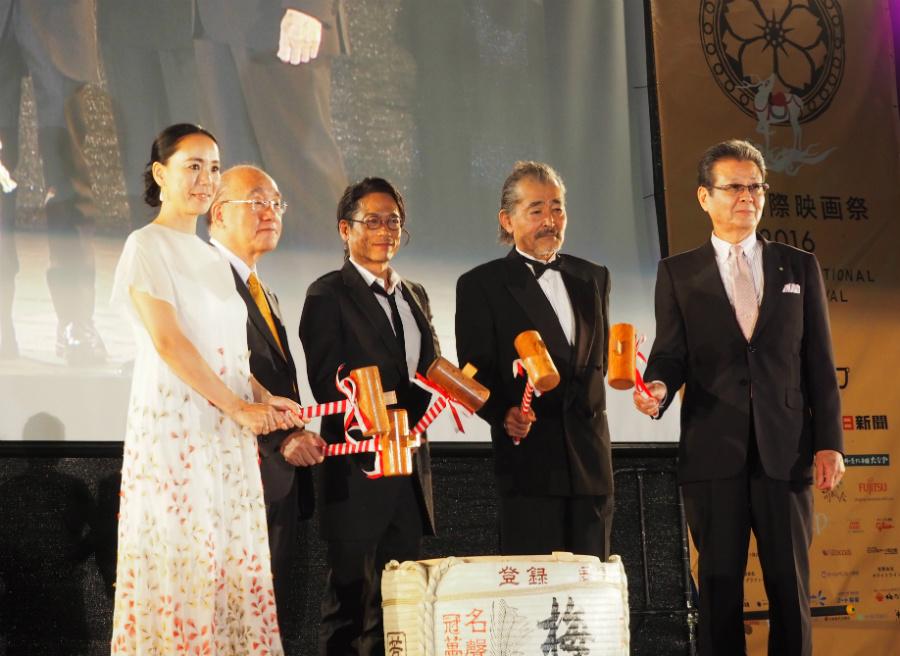 開会式で行われた鏡割り(左から、河瀬監督、荒井・奈良県知事、三上博史、藤竜也、水本・東吉野村村長)