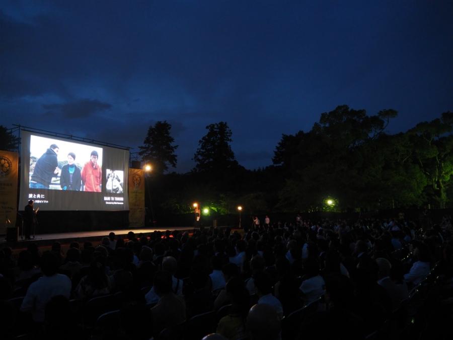 開会式と『東の狼』プレミア上映がおこなわれた会場の様子(17日、奈良・春日野園地)