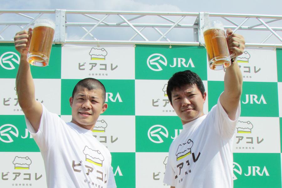 乾杯セレモニーに登場した亀田興毅(左)、亀田大毅