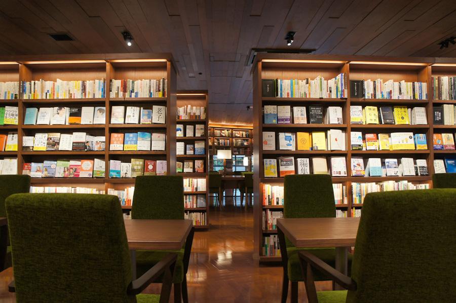 店内にはゆっくりと読書が楽しめるカフェスペースを設置