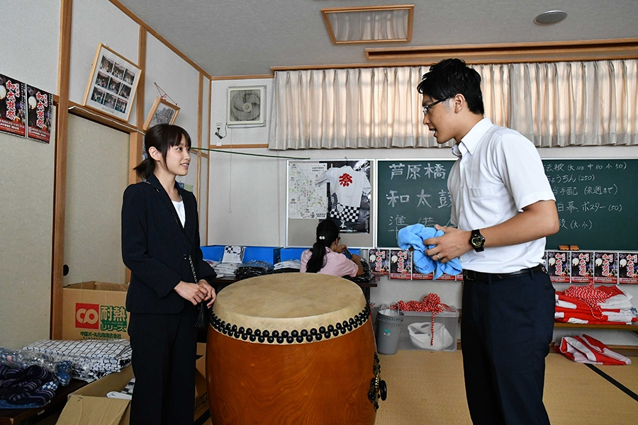 続編の「芦原橋駅編」に出演する高橋愛(左)と関西テレビの新実アナ