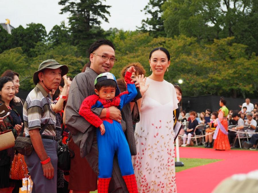 「なら国際映画祭」のレッドカーペットに登場した河瀬直美監督