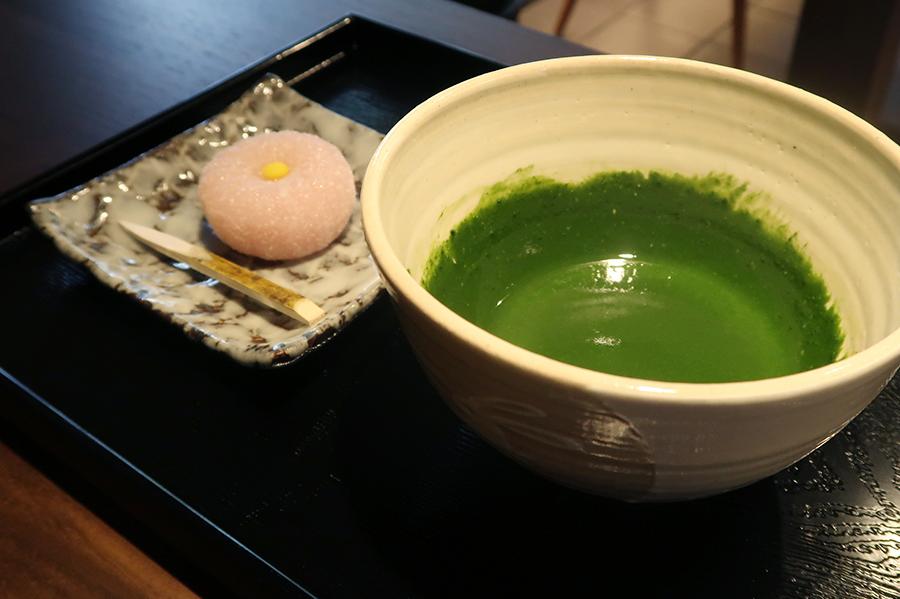 お濃い茶 菊800円。通常は最中のところ+400円で生菓子に。写真は9月の「優り草」(以上税別)