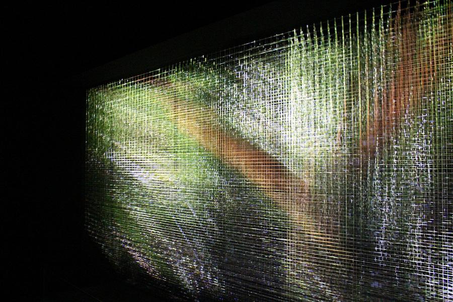 写真は作品『春日』。明滅する光の線は春日大社の万葉植物園や境内の自然を思い起こさせる