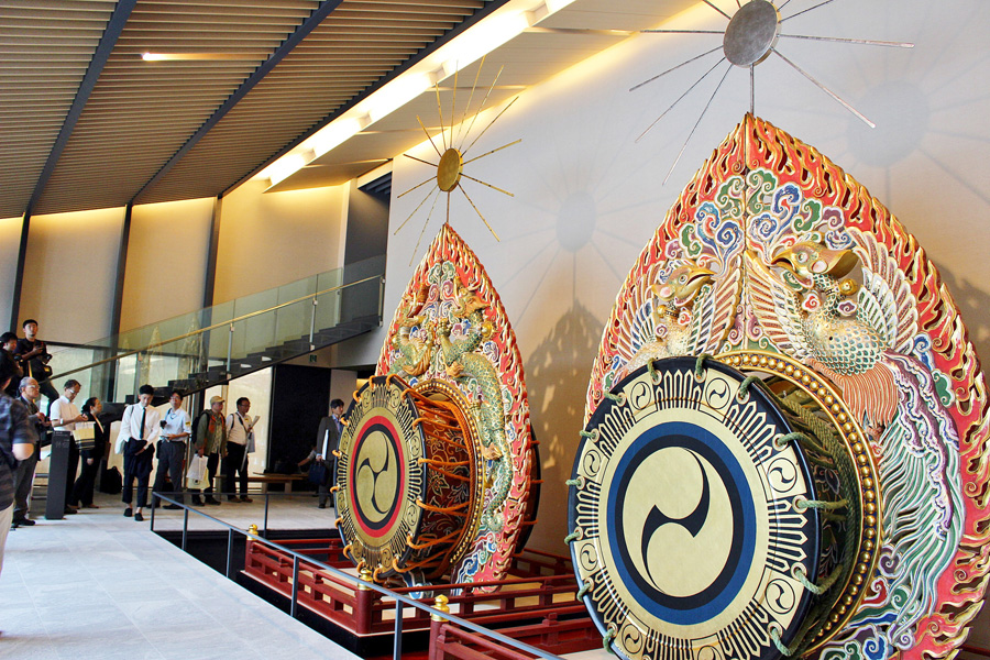 国宝殿の展示シンボル「だだいこ」。高さ6.5メートル、重さ約2トンもの大きさで、『春日若宮おん祭り』の舞楽で実際に使用される