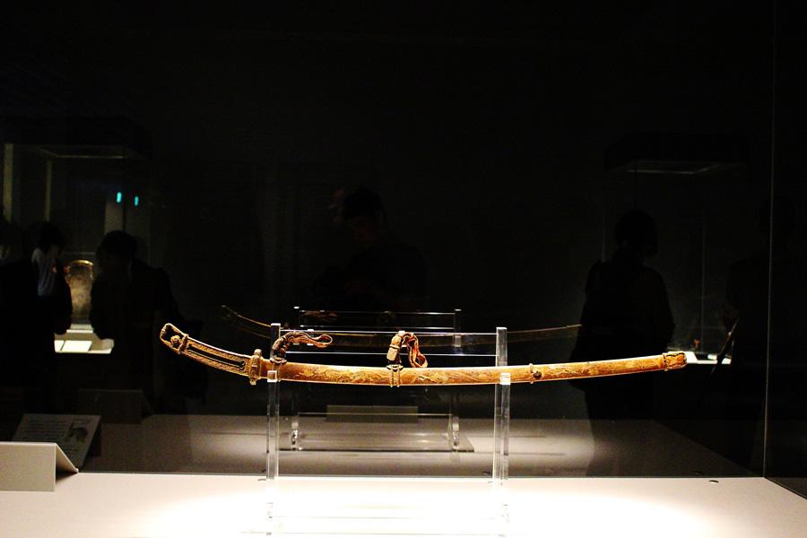 近年のX線CTスキャンなどの調査により、金具の多くが金無垢だと判明した国宝「金地螺鈿毛抜形太刀」(10/1〜31公開)