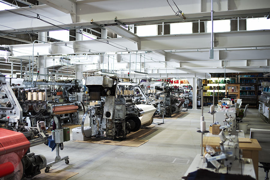 工場見学では、次々と美しい布が織られていく姿を楽しめる