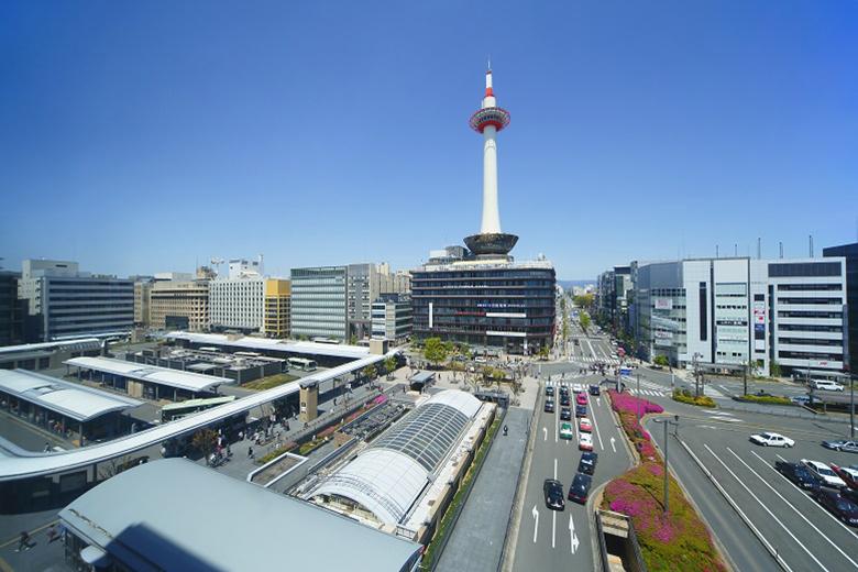 非公開の塔内でらせん階段のぼりが行われる京都タワー