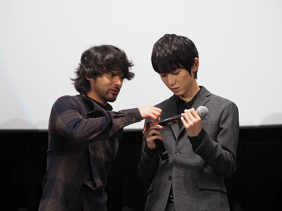 記者会見中にマイクを分解し始める山田と本郷