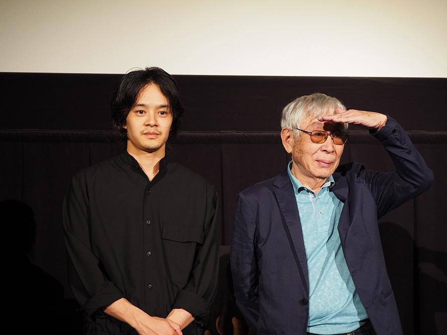 大阪市内でおこなわれた先行上映会に登場した池松壮亮(左)と東陽一監督