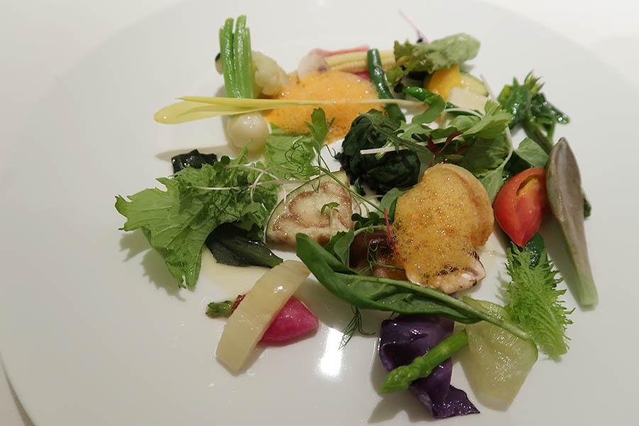 シェフのスペシャリテの一つ。美食家のモネが残したレシピを再現したもの、「季節の野菜 モネの庭園をイメージして」。40種もの野菜を使用