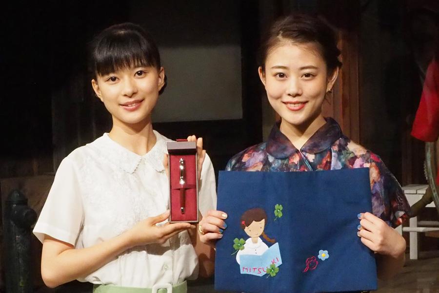 お互いの贈り物を手にする高畑充希(右)と芳根京子