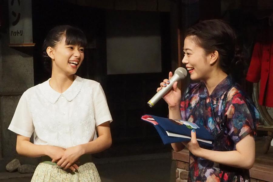 表には『べっぴんさん』のクローバーとMITSUKIの名前が、裏には『とと姉ちゃん』のイラストが刺繍。もらった高畑は満面の笑みで喜んだ