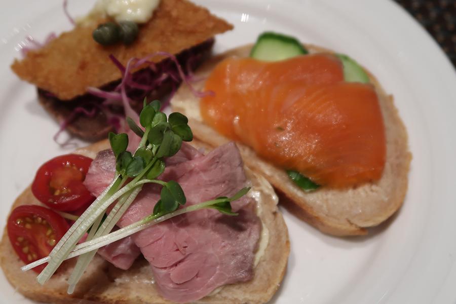 スモーブロー(オープンサンド)は、自分で野菜や魚をトッピング