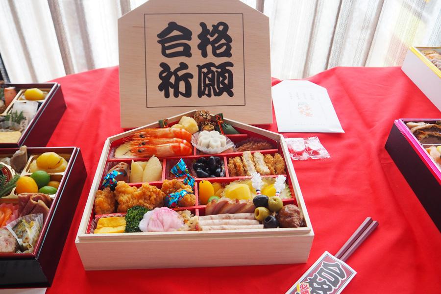 五角(合格)のお重に縁起をかついだ食材が盛り込まれた「合格応援おせち」(和・洋一段19,440円)