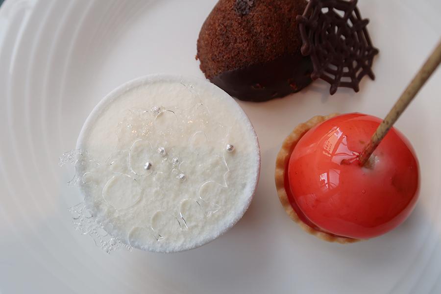 飴細工がのった「氷が輝くホワイトパンプキン・ティラミス」、「赤いリンゴの誘惑」、シェフイチ押しの「大きな栗のガトー」