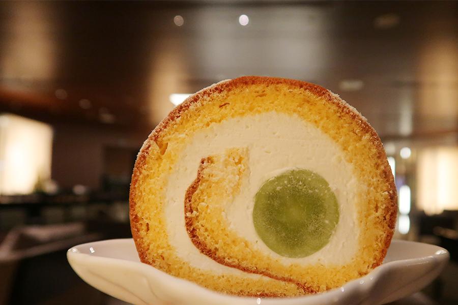 森の卵とシャインマスカットのロールケーキ、ホテル謹製カステラ、きびだんごなどは追加でオーダーを