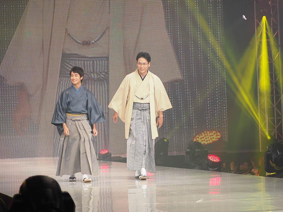ランウェイを和装姿で歩く二人。左から前田旺志郎、山下健二郎
