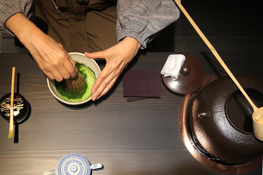 お濃い茶も薄茶も、立礼式で。「気軽に点てられるので、家でも楽しんでもらえれば」とのこと